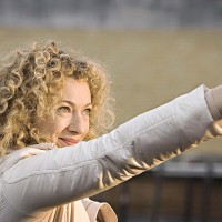 River Song spara al fez.